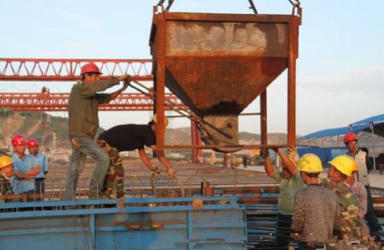 据项目总工李兵说,目前北引桥已经拥有4台大型龙门吊,52个预制梁台座