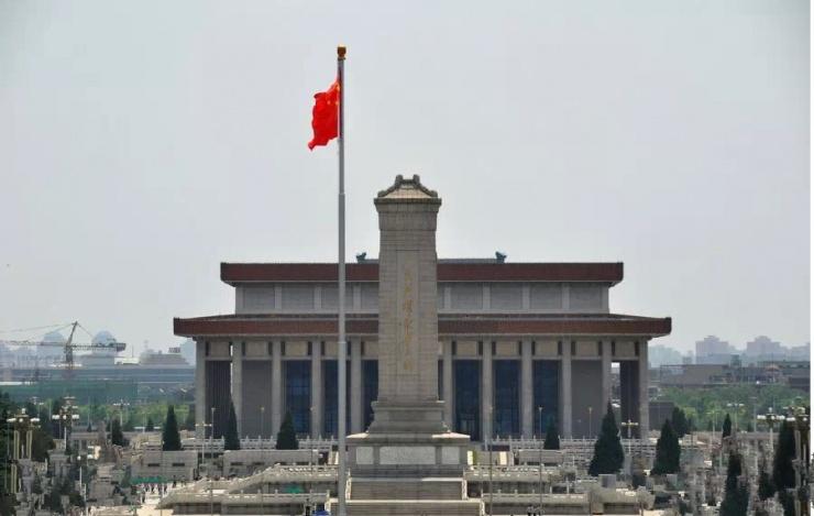 再看毛主席纪念堂后面靠的是什么呢?是正阳门。