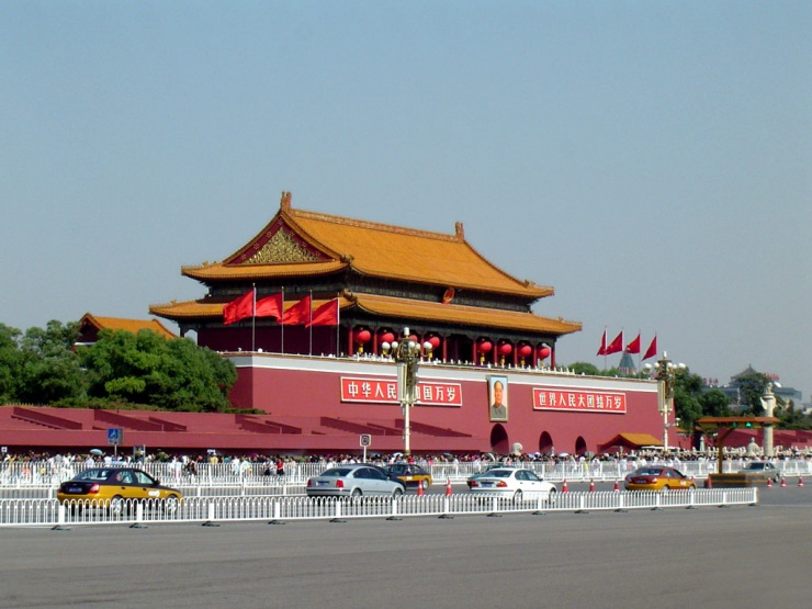 毛主席纪念堂是一座坐南朝北的建筑,因为过去老北京人住的都是四合院,其中北面的正房是给一家之主住的,东