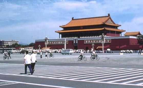 毛主席纪念堂前面的这座人民英雄纪念碑,它也是一座坐南朝北的建筑。大家看一看,这座纪念碑它像什么?像不