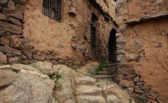 全村的房子没有地基,凭借着石头和着黏土把一百多座民居建在一块巨大