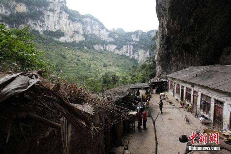 云南镇雄县五德镇新寨村,当地村民生活在天坑内.