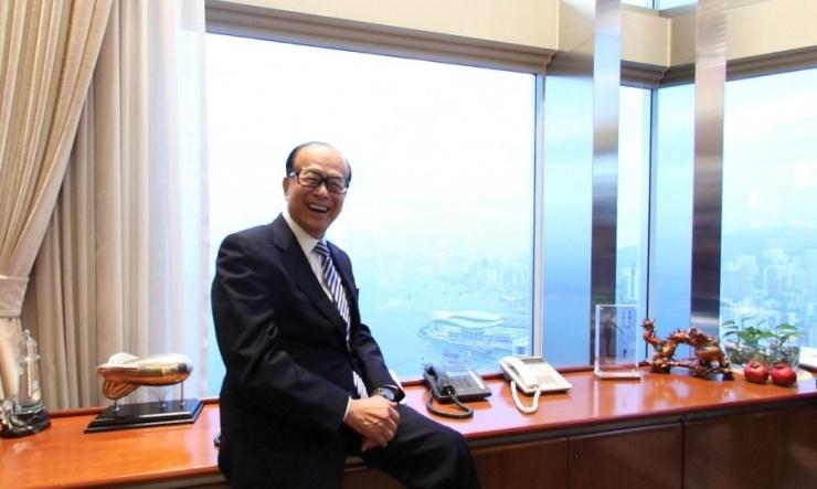 """""""长江集团中心""""位于中环皇后大道中2号。李嘉诚的个人办公室在楼层的尽头处,俯瞰着整个维多利亚港。这个"""