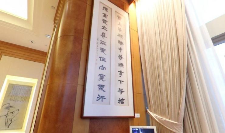 """李嘉诚的办公室里最惹眼的,是清代儒将左宗棠题于江苏无锡梅园的诗句:""""发上等愿,结中等缘,享下等福;择"""