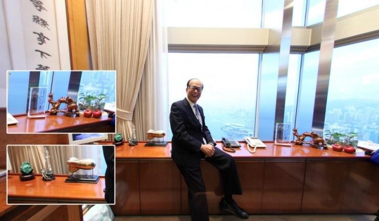 李嘉诚办公室风水摆设,金木水火土一应俱全。李嘉诚的黑框眼镜,打从1972年长江实业上市记者会开始,就