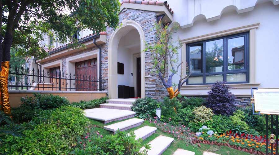 l型设计,面宽超12米,拉长了整个院子的向阳面,院子面积约120-350平米.