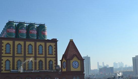 她是一间百年啤酒厂,更是一个将啤酒文化融入其中的花园式古堡。近日,青岛啤酒厂改造工程进入收尾阶段,百年的老厂以崭新的姿态迎接八方来客。 记者在青岛啤酒厂园区内看到,青岛啤酒老发酵楼披上了欧洲古堡的外衣。红色的仿砖墙墙面、半圆形的拱券、精美的连拱、红色的挂瓦、高耸的钟楼每一处细节都融入了岛城红瓦绿树的城市气息,也承载着百年老厂的欧洲风情。1903年,德国人带着当时先进的酿酒技术与啤酒酵母远涉重洋来到青岛。112年后,从这幢欧式古堡风格的酿造大楼里,一瓶瓶散发着浓郁麦香的啤酒走向世界。 据介绍,此次青岛啤