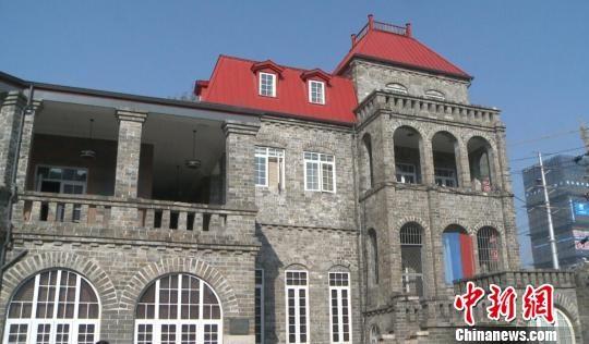 外观如哈利波特古堡的欧式风格,这座百年古宅在南京诸多民国建筑中,格外特别。 申冉 摄 百年西洋酒店即将再次开业迎客、名流私家别墅群成风情旅馆、外国驻华大使馆变身文艺图书馆记者16日从南京市文物部门获悉,经过几年的修缮,该市部分民国文物建筑正重新焕发光彩。不过,文物的商业利用依然是专家学者眼中喜忧参半的尝试。 16日,位于南京长江江畔的扬子饭店修缮一新,接待了首批参观者。数月之后,这里将重开旧业,作为饭店向市民开放。这座始建于1914年前后的欧式建筑,由法国人法雷斯出资并设计建造,最为特殊之处在于,