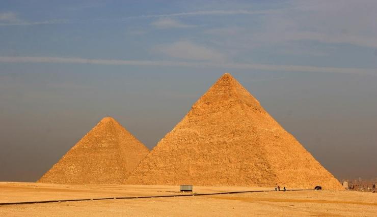 任何有点常识的人都知道金字塔有「四个面」 等一等,你要不要再确定一下,金字塔真的是四面吗?在某些照片中金字塔看起来的确是个有四个面的四角锥,但是其实这根本就是错误的。因为其实早就已经出现推翻金字塔其实不只四面的照片了,但是又为什么大家都会觉得金字塔只有四面呢?让我们一起来看看吧!(来源:趣闻猎奇)