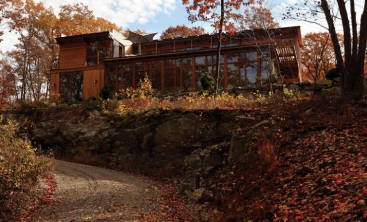 今天,给大家介绍一套木结构建筑的房屋,这套房屋位于美国乡村,房屋的