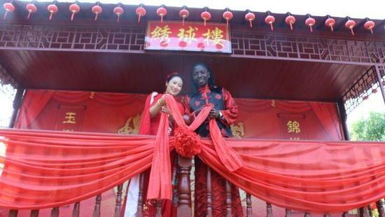 其实,顾佳明刚认识约瑟夫那会儿,约瑟夫正在浙江师范大学读书。因为喜爱中国,喜爱中国文化,所以他来到了