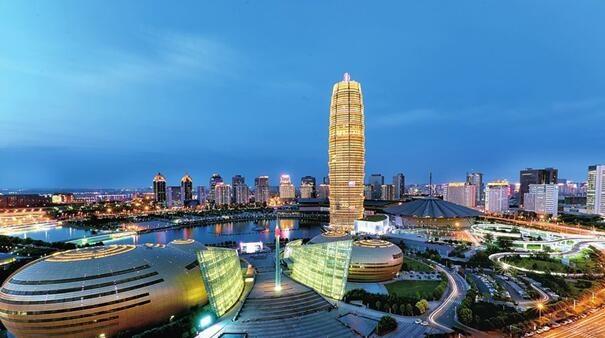 正如马来西亚前总统所说:每个国家都应有值得抬头仰望的物品,矮个子必须站在台阶上。超高层建筑就是一座城市的台阶。绿地控股董事长、总裁张玉良以此作为绿地致力打造城市引领城市符号的初衷。从2005年启建首座超高层南京绿地中心紫峰大厦至今,绿地在超高层建筑开发领域不断获得瞩目成果,目前已建成并投入使用的超高层项目包括南京绿地中心紫峰大厦、郑州绿地中心千玺广场、郑东绿地中心双子塔、西安绿地中心、广州白云绿地中心、济南绿地中心、合肥绿地中心、南昌绿地中心双子塔、南昌紫峰大厦、北京望京绿地中心等,遍布全国区域