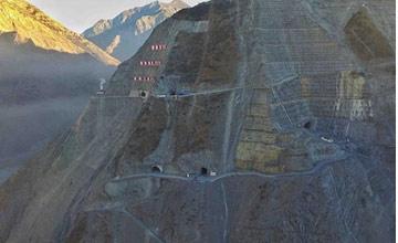 中国又建一超级工程 海拔3000米 钢材全靠人工搬运