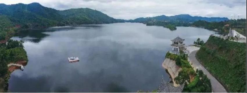 昆明向西,楚雄北青山湖畔,水天一色间,鉴彝风缘起