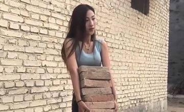 美女在工地上搬砖和水泥 网友集体心疼要去帮忙