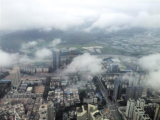 深圳河两侧的深圳与香港