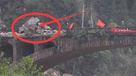 """我国最""""牛""""的桥:巨石砸不碎 炸药爆破仍没事"""