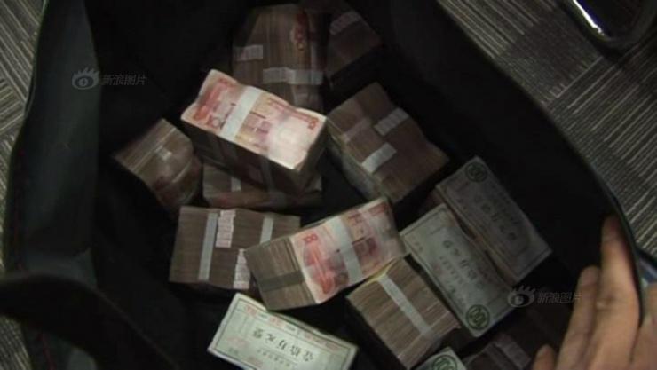 实拍一堆钱的照片_图片来源:新浪图片 郑州老板发成捆现金 员工用麻袋扛钱 老板现场拿出